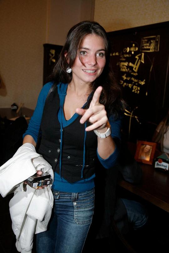 A takto vypadá Kateřina Janečková, když je oblečená. Kromě Ošklivky Katky si zahrála i v seriálu Velmi křehké vztahy.