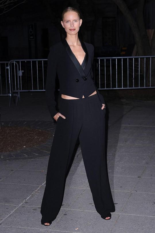 Pár dní předtím modelka své nohy na Vanity Fair Party 2013 zahalila do obleku.