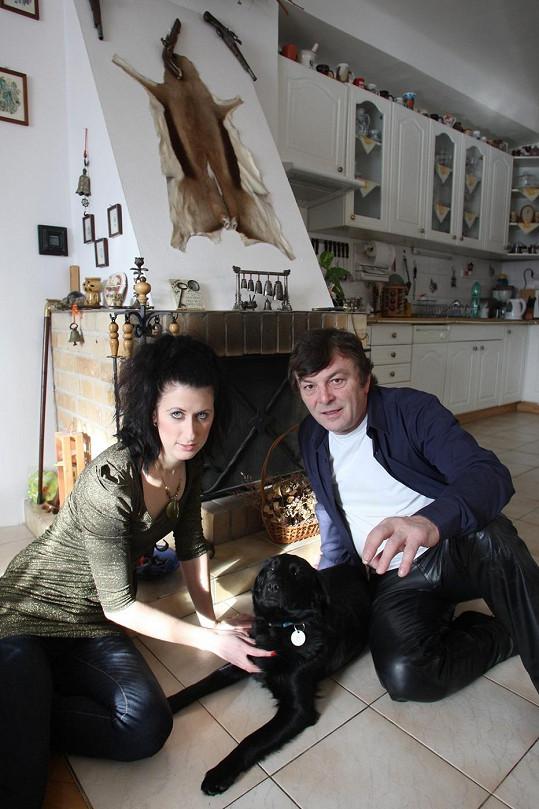 Pavel Trávníček a jeho přítelkyně Monika se pyšní krásným krbem s loveckými trofejemi.