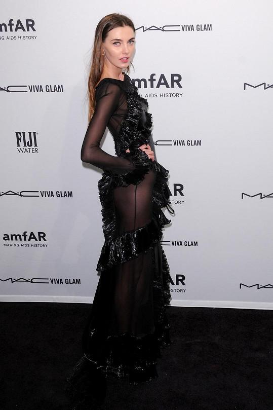 Modelka se v šatech bez spodního prádla chovala sebejistě.