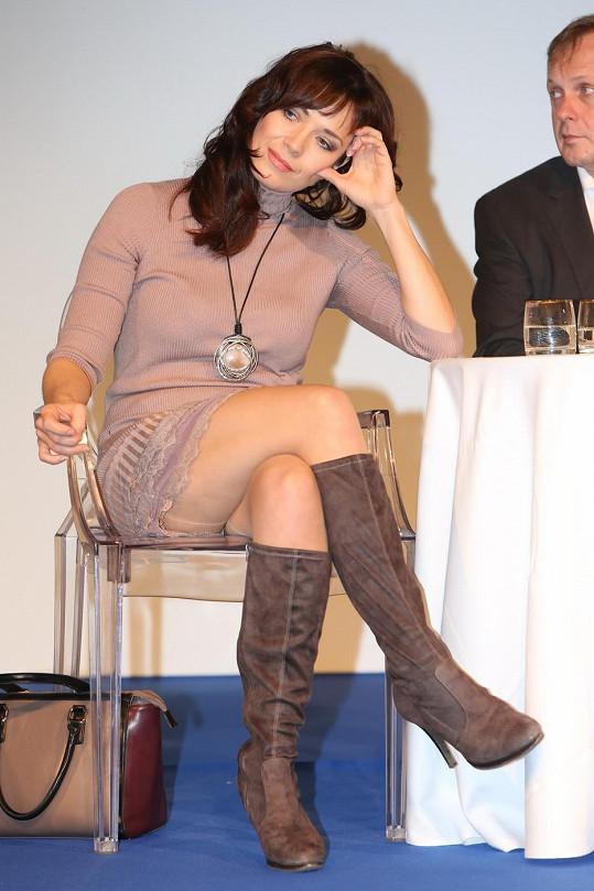 Tereza Kostková dopoledne na tiskové konferenci České televize nechtěně ukázala kalhotky.