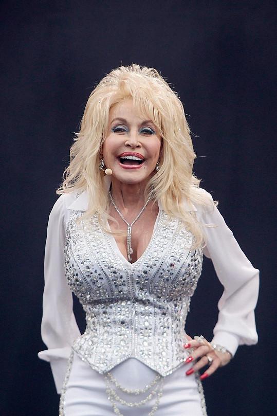 Dolly Parton vypadá už třicet let stejně a začíná děsit.