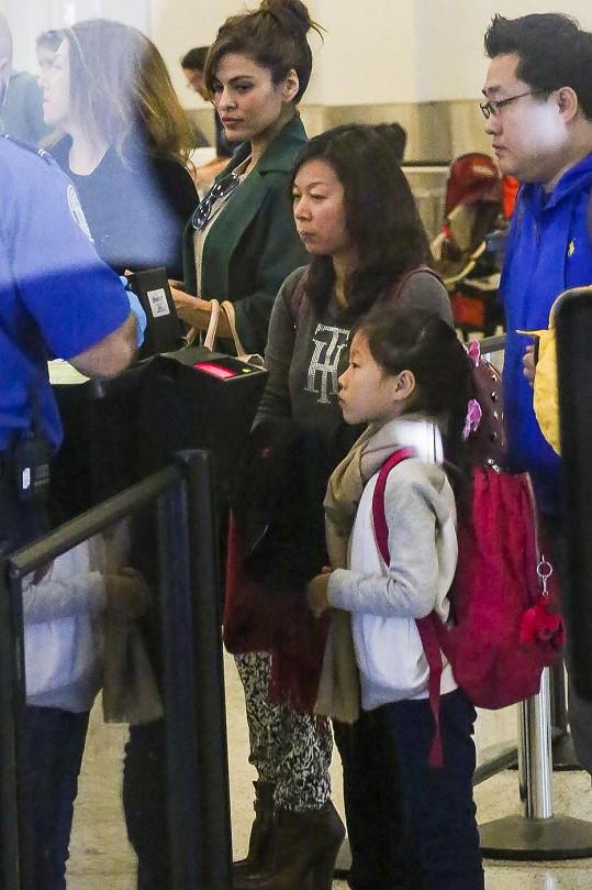 Herečka na letišti odmítla projít pod skenery. Prý s odůvodněním, že je těhotná.
