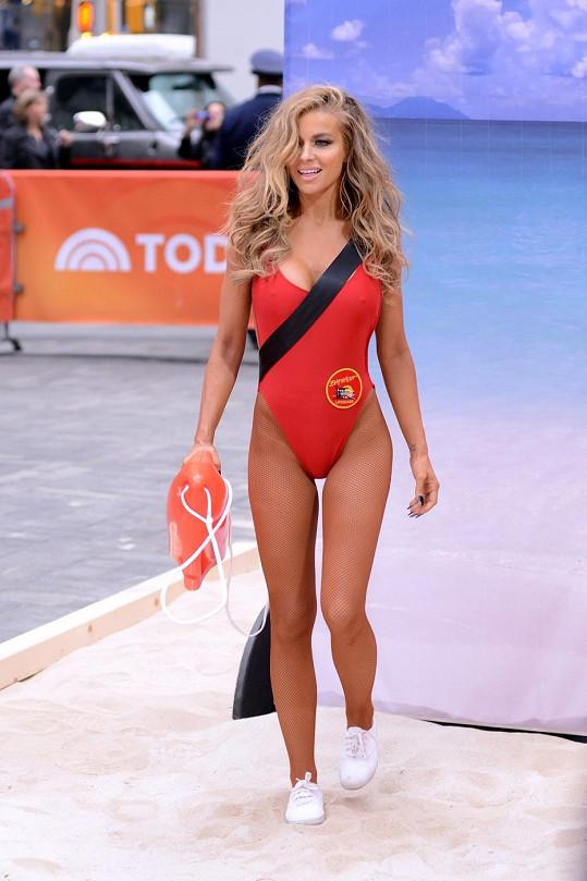 Carmen si loni opět vyzkoušela legendární červené plavky...