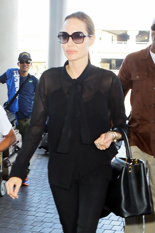 Angelina Jolie letěla z Los Angeles do Londýna v neděli.