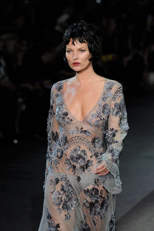 Kate Moss na módní přehlídce značky Louis Vuitton podzim/zima 2013/2014.