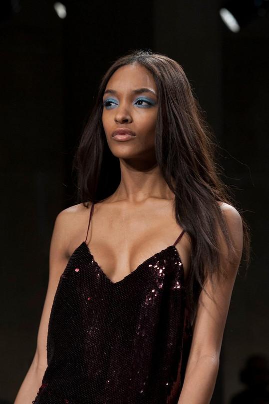 ...modelce Jourdan Dunn prý okukoval prsa.