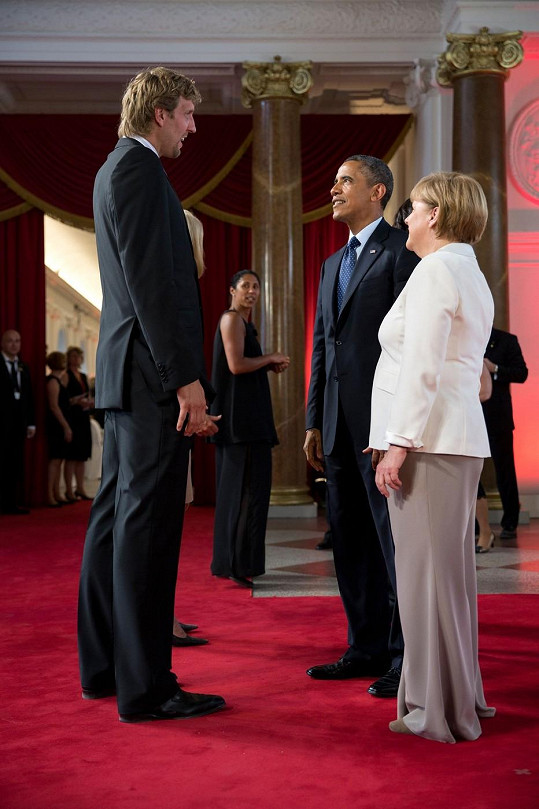 Návrháři se nelíbilo, že Merkelová měla při setkání s Obamou příliš dlouhé nohavice.