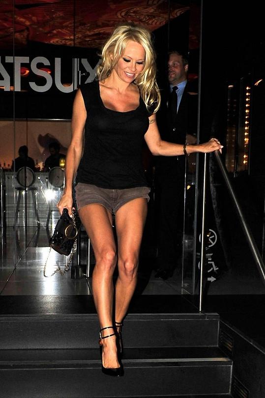 Pamela Anderson má skvělou figuru.