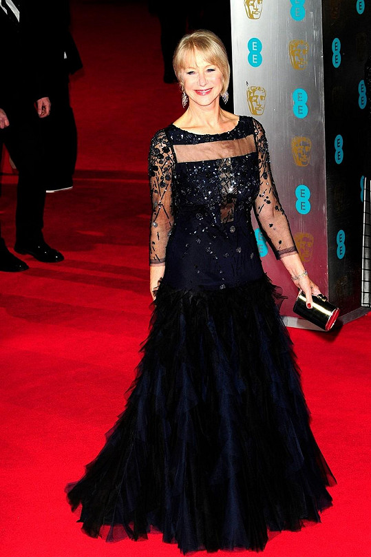 Helen Mirren ukázala, jak se má na podobné příležitosti obléknout dáma v letech. Herečka, která na BAFTA pravidelně ve velkém proměňuje nominace, oblékla róbu Jacques Azagury s vhodně řešeným vrškem zakrývajícím ramena a paže.