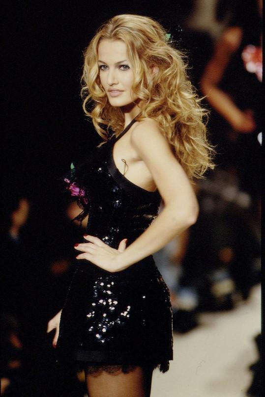 Karen Mulder jako jedna ze supermodelek 90. let.