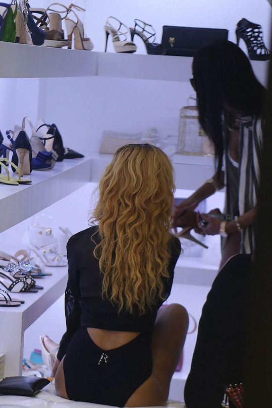 Rihanna vybírá boty.