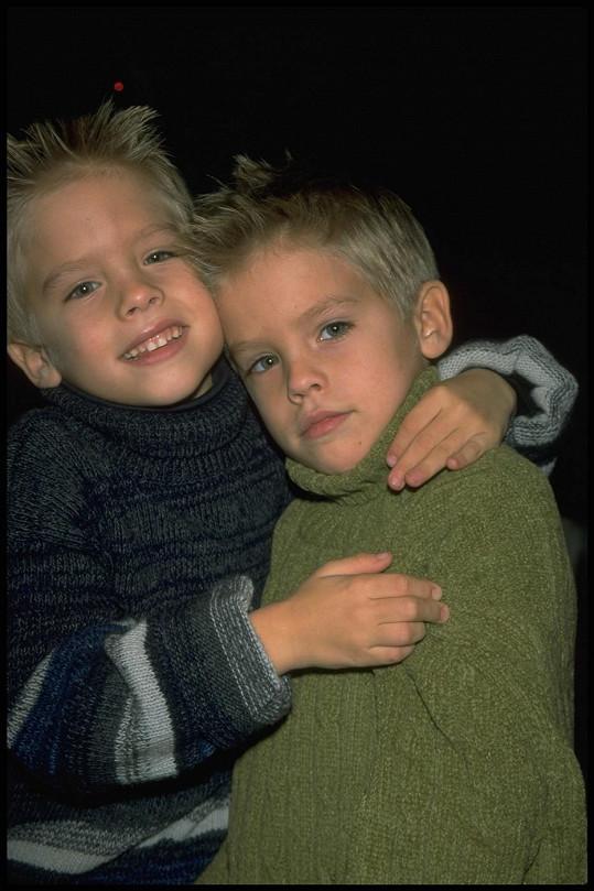 Dvojčata známá jako Sprouse Bros. hrají od útlého dětství.