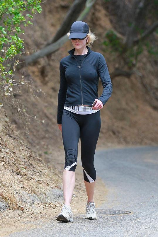 I ve sportovním outfitu je nepřehlédnutelná.