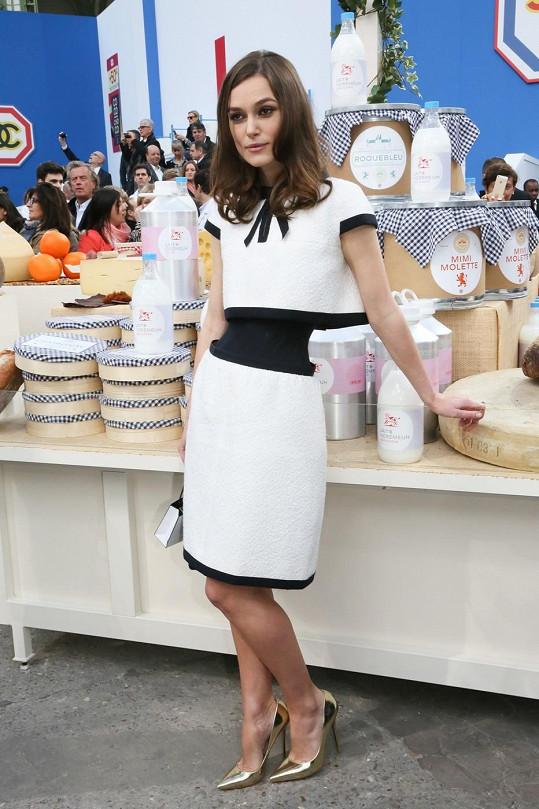 První model od Chanelu, který si herečka oblékla na přehlídku.