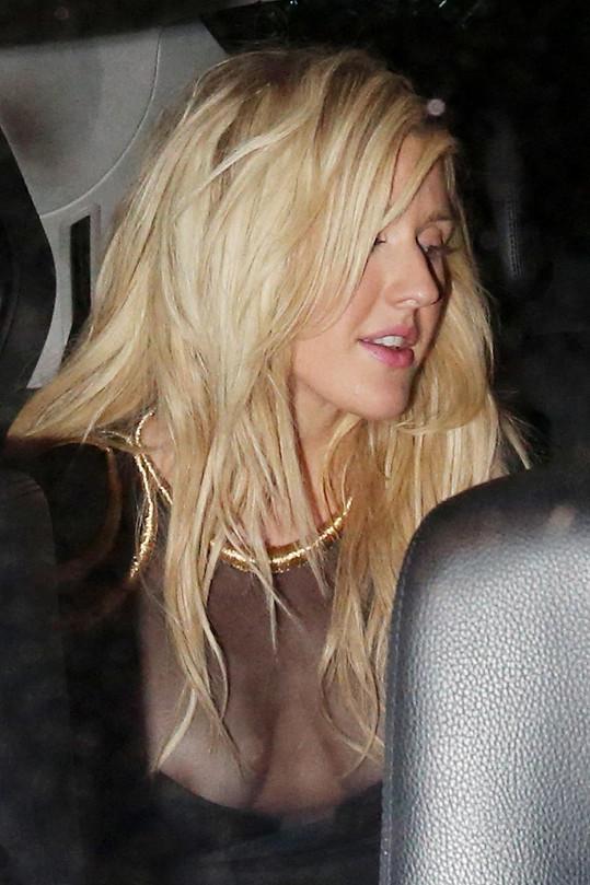 Goulding ukázala bradavky.