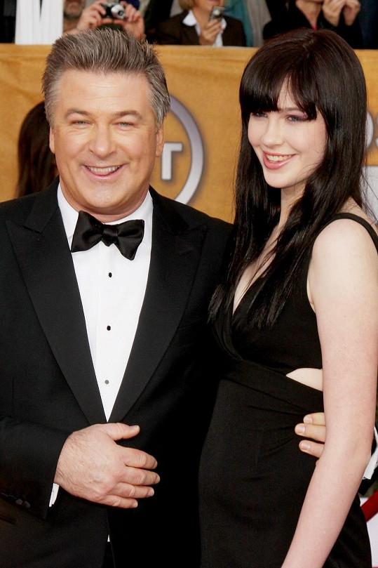 Alec Baldwin s ještě tmavovlasou dcerou v roce 2009.