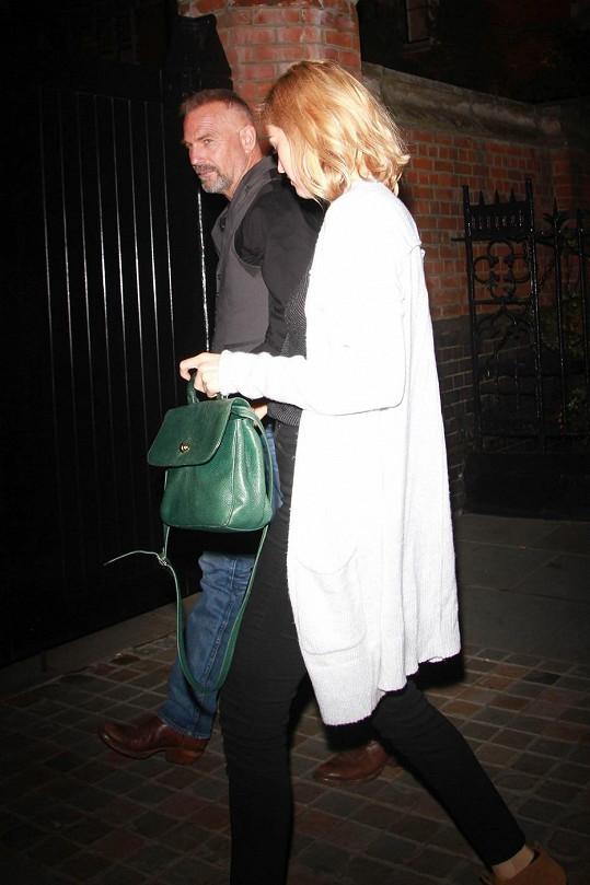 Kevin Costner dorazil s manželkou Christine Baumgartner.