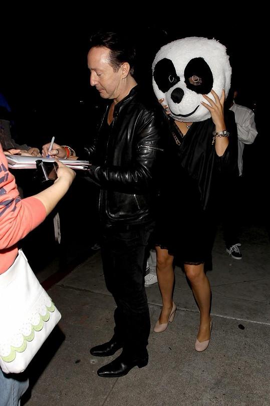 Britský zpěvák a kytarista byl spatřen s neznámou ženou skrývající se pod masku pandy.
