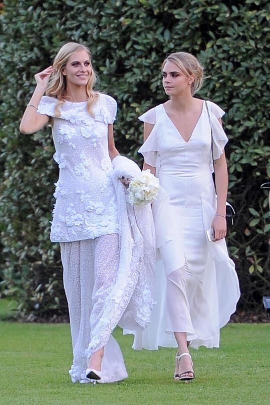 Nevěsta Poppy se sestrou Carou v den svatby.