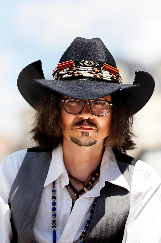 Johnny Depp tomuto muži pomohl založit slušně vynášející živnost.