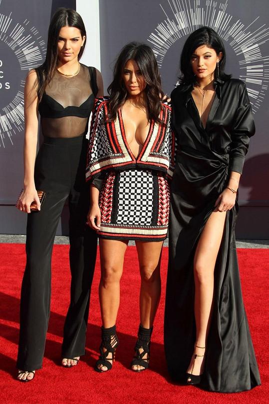 Kim má se sestrami stejnou matku, ale jiného otce.