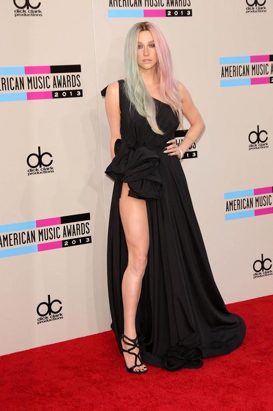 Dokonale tvarovaná nožka nemusela být to jediné, co Kesha odhalila.