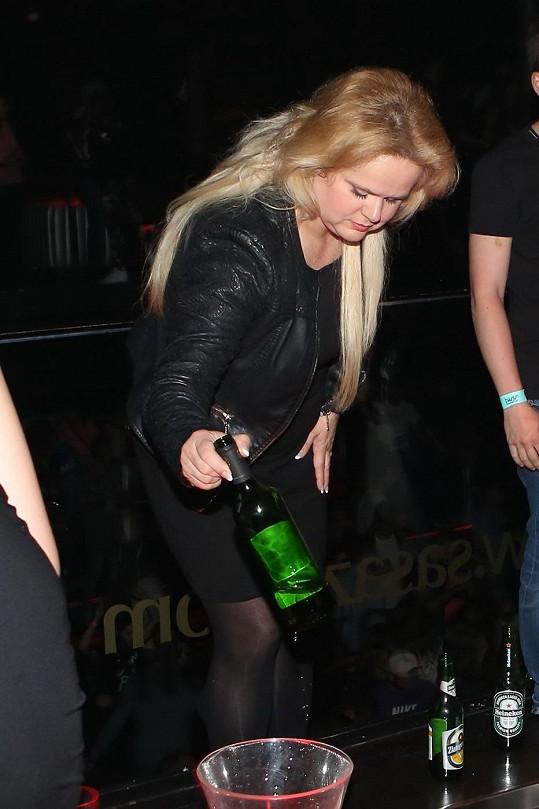 Monika Štiková nezapomínala dodržovat pitný režim ani pod tíhou emocí z koncertu.