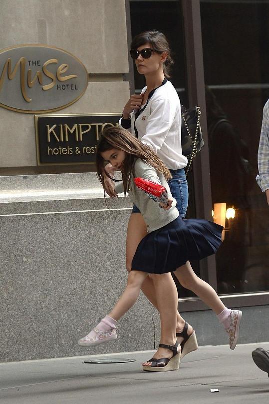 Suri si zkouší baletní kroky všude. I na ulici.