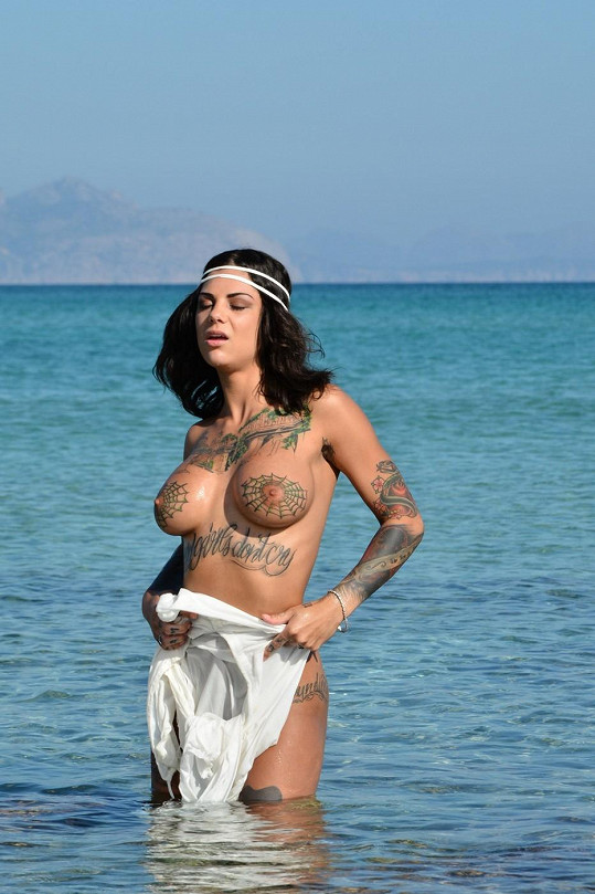 Její tělo zdobí přes třicet tetování.