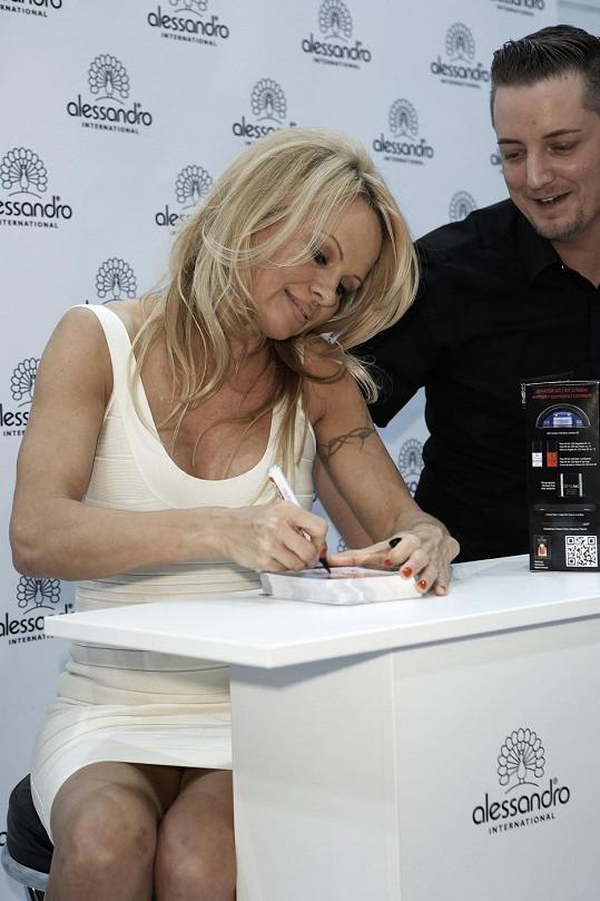 Pamela Anderson na propagaci nového laku v Německu.