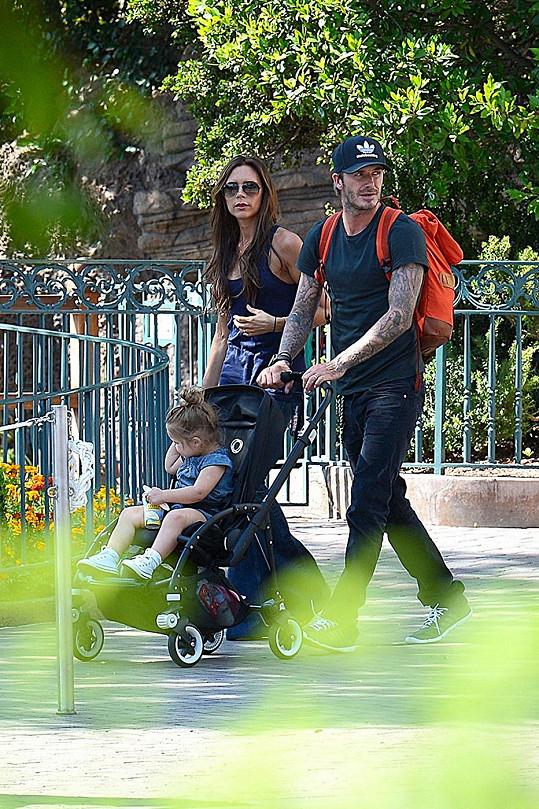 Victoria a David jsou zaměstnanými rodiči.