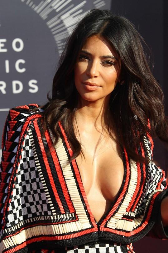Kim Kardashian připomínala rohožku.