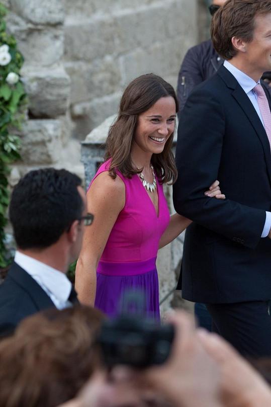 Pippa Middleton dorazila na svatbu kamaráda v barevných šatech s výstřihem.