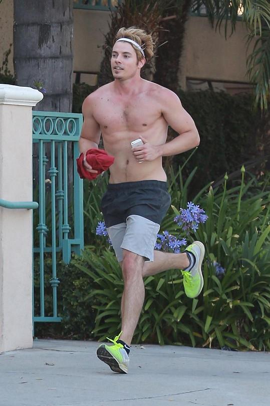 Josh Henderson si šel zaběhat po West Hollywoodu pěkně nalehko...