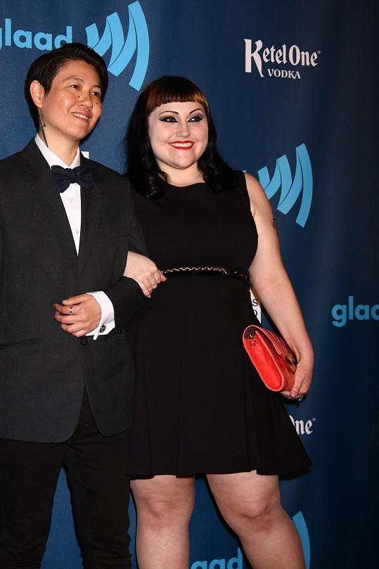 Zpěvačka ze skupiny Gossip s manželkou
