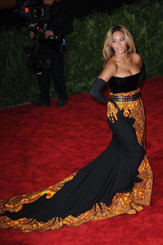 Beyoncé zvolila černooranžovou kombinaci v šatech Kenzo. Z korzetu ale dost nešťastně vytékaly její přednosti.