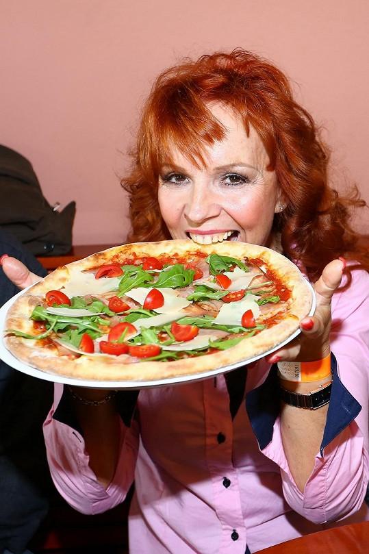 Zpěvačka hodnotila kvalitu pizzy.