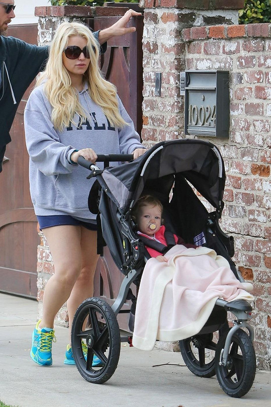 Jessica si vyrazila s dcerou a snoubencem na procházku.