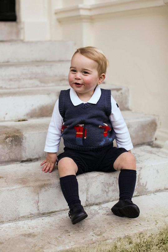 Princ George před Kensingtonským palácem