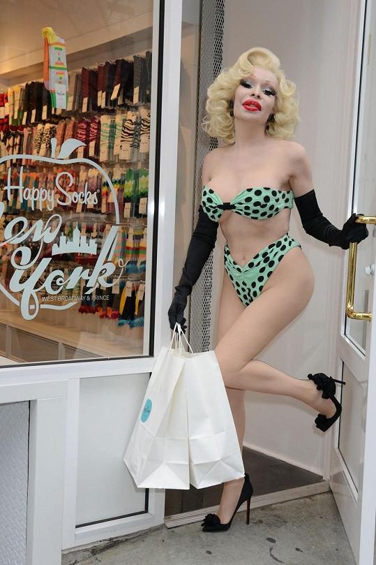 Silikonová Amanda pózuje před obchodem.