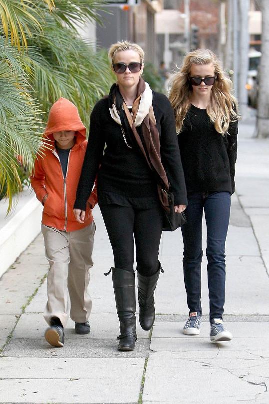 Reese v Los Angeles se svými dětmi.
