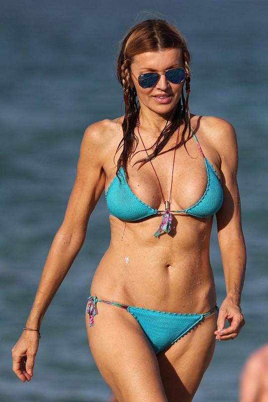 Bývalá hvězda erotických filmů relaxuje na pláži v Miami.