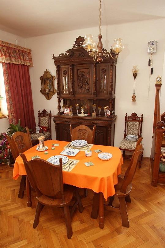 Této krásné jídelně vévodí starožitná skříň.
