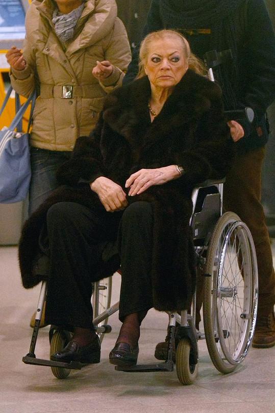 Letos na festivalu v Berlíně se pohybovala na vozíku a o berlích.