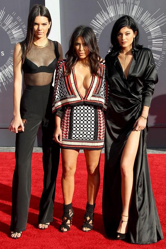 Mezi Kylie a Kendall Jenner byla Kim Kardashian sotva vidět.