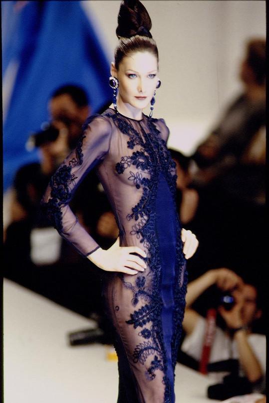 Carla Bruni hvězdou módní přehlídky v roce 1994