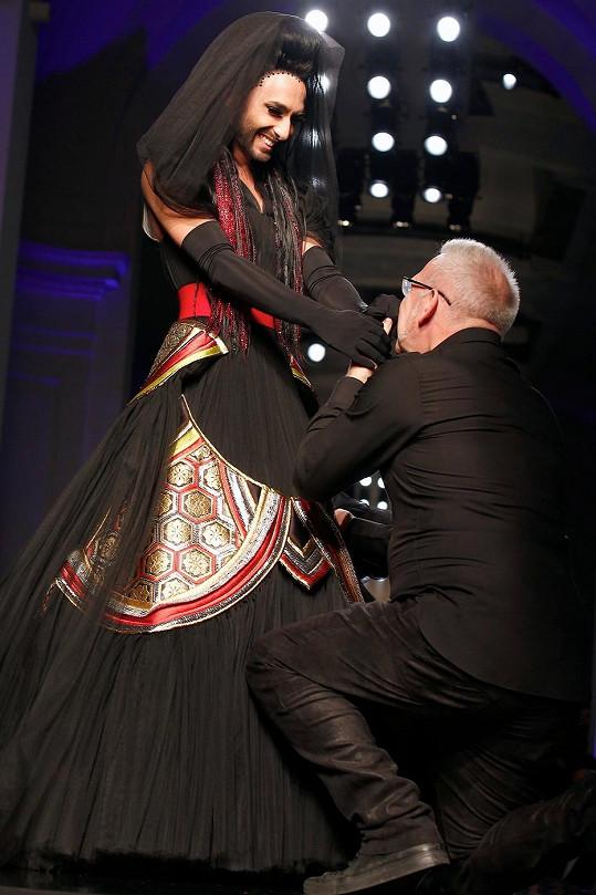 Jean-Paul Gaultier poklekl a políbil umělkyni ruce.