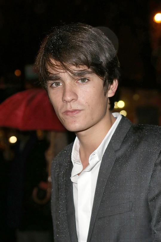 Alain-Fabien Delon byl uznán vinným z postřelení kamarádky.