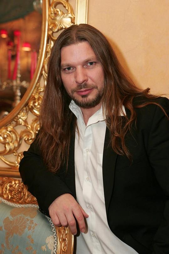 Charizmatického zpěváka fanynky zbožňují.
